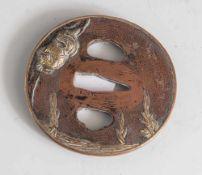 Tsuba, Japan, wohl späte Edo-Periode, Kupfer mit Goldauflage. Motivik von Bambus undParadiesvogel.