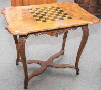 Spieltisch, 19. Jahrhundert im Stil des 18. Jahrhundert gearbeitet, vier geschnitztevolutenartige