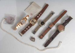 Posten Uhren etc., 8 Teile, bestehend aus: 5 Armbanduhren, 1 Zuchtperlenkette, 1Herzanhänger, 1