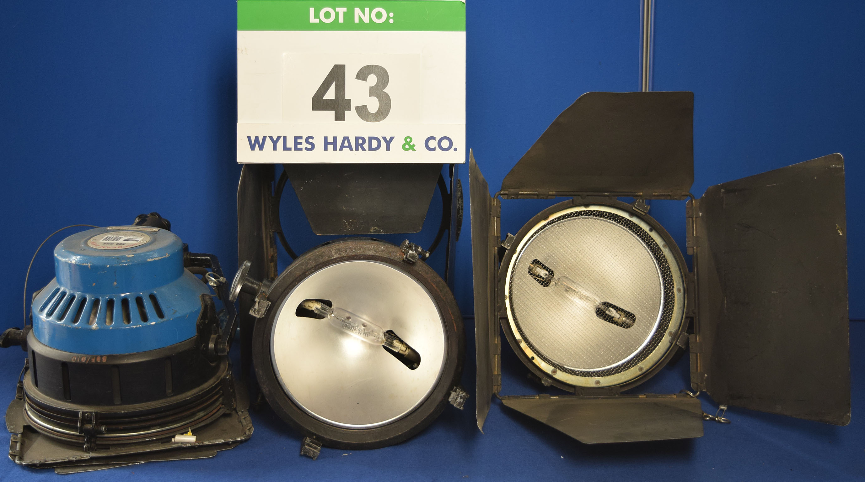 Lot 43 - Five QUARTZCOLOR Ianabeam 2KW 2000W Lights each with fitted Barn Doors, Stirrup Mount and Switched