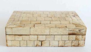 TISCHDOSE, 1920er/1930er Jahre, rechteckige Form, Klappdeckel mit Schnappverschluss, alle Seiten mit