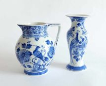 FAYENCEKONVOLUT, Manufaktur De Porceleyne Fles, Blaumonochrom, Wasserkrug H. 21 cm, Balustervase