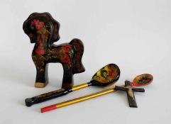 LACKKONVOLUT, Rußland, meist schwarz, gold und rot, bestehend aus: Pferd, H 23,5 cm,