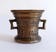 GLOCKENMÖRSER, 18. Jh. Oder früher (?), Bronze, ausgestellt getreppter Stand, in der Wandung