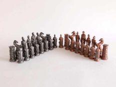 SCHACHSPIEL, wohl Resin, silber- bzw. kupferfarben gefasst, Thema Römisches Kaiserreich, Höhe 7,
