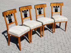 4 Biedermeier Stühle um 1820 Kirschholz, Harfe und Kanten der Rückenlehnen ebonisiert, Füße leicht