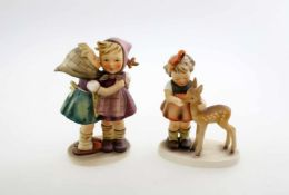 """Hummelfiguren """"Gute Freunde"""" und """"Das Geheimnis"""" """"Gute Freunde"""" gemarkt 1947, Nr. 136/1. Höhe: 13"""