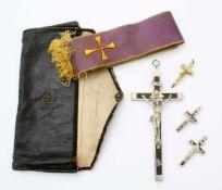 Sakrale Gegenstände - Kruzifixe und Stola 4 Kruzifixe aus Metall, fein gearbeitet. Maße: 45 x 20