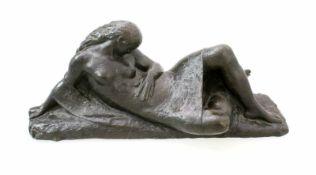 Bronzeplastik - Ferdinand Liebermann (1883-1941) Liegender, weiblicher Halbakt, Figur mit langen