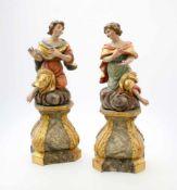 Handgeschnitztes Figurenpaar auf Sockel Polychrom- und goldstaffiert, feine Schnitzerei, beide