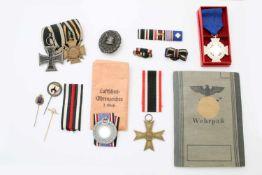 1. + 2. Weltkrieg - Ordensnachlass EK 2. Kl. 1914, Luftschutz-Ehrenzeichen 2. Stufe u.a.