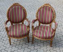 2 Sessel im Rokokostil Gestell vergoldetes Holz, hochwertig verarbeitet und beschnitzt. Mit einem