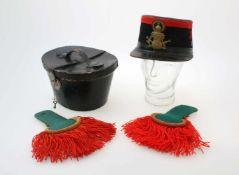 Königreich Belgien - Tschako für Mannschaften mit Koffer um 1900 Lackleder mit schwarzem