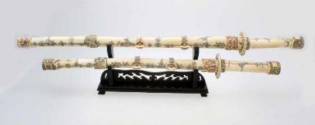 """China - 2 """"Dao"""" Schwerter mit Schwertständer Die Schwerter, Schwertscheiden, Klingen aus"""