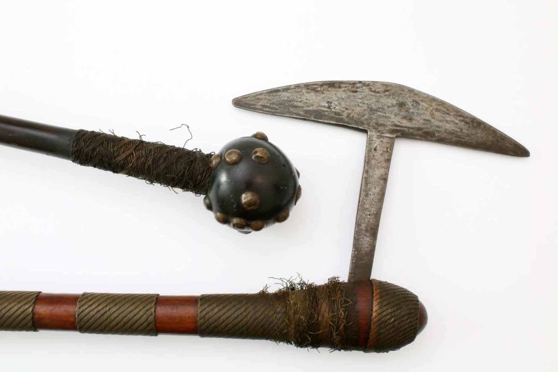 """Südafrika - Streitaxt und Kriegskeule """"Knobkerrie"""" der Zulu um 1900Eingestecktes, halbmondförmiges - Bild 3 aus 3"""