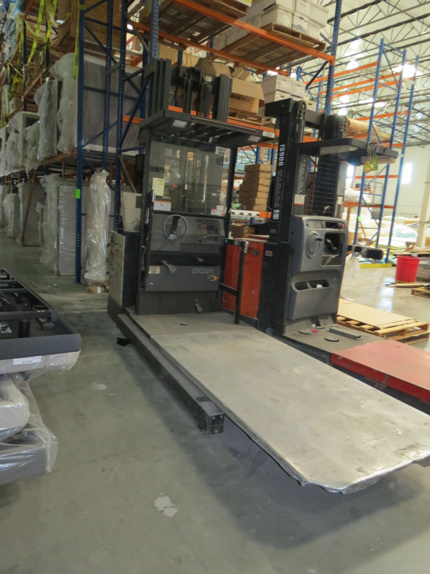 Crown SP 3-Stage Order Picker Electric Forklift 6860 Capacity ( Does Not Run, Needs New Battery)