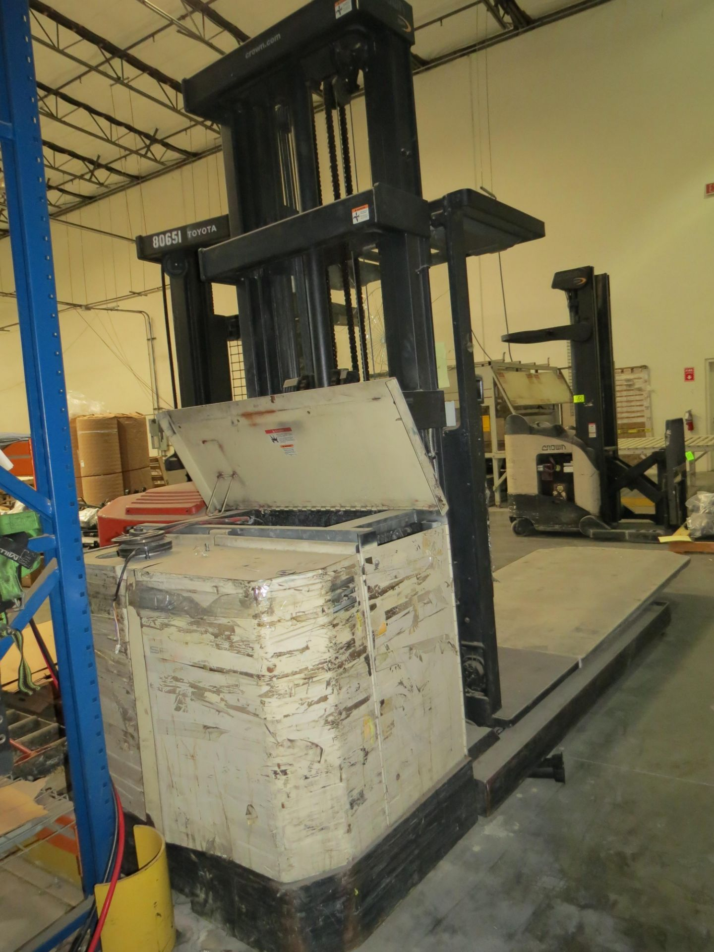 Crown SP 3-Stage Order Picker Electric Forklift 6860 Capacity ( Does Not Run, Needs New Battery) - Image 3 of 6
