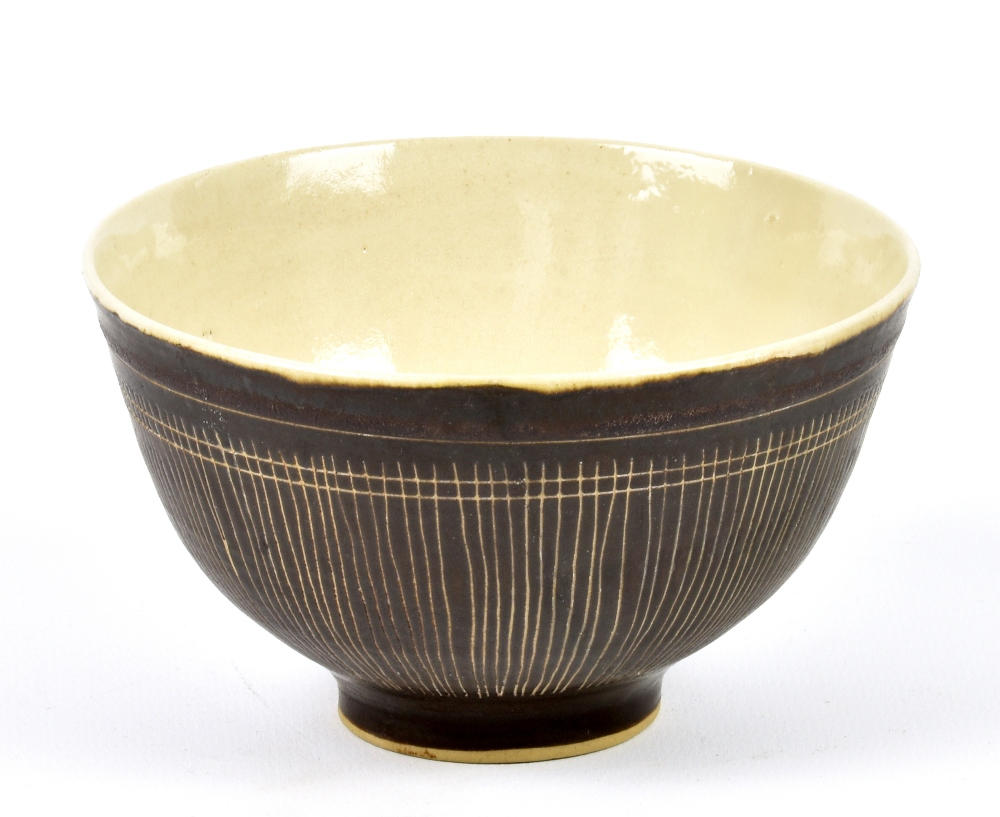 Lot 91 - LUCIE RIE (1902-1995); a stoneware footed bowl with sgraffito decoration, impressed LR mark,