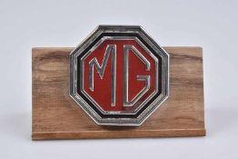 Emblem/ Kühlerfigur/ Car Mascot MG, Metall, D 6 cm, Verchromung seitlich mit Fehlstellen, mit