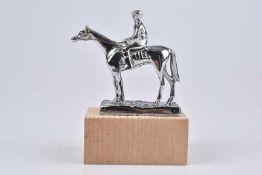 Emblem/ Kühlerfigur/ Car Mascot Desmo, Pferd mit Reiter, Chrom, auf der Plinthe bezeichnet 'DESMO'