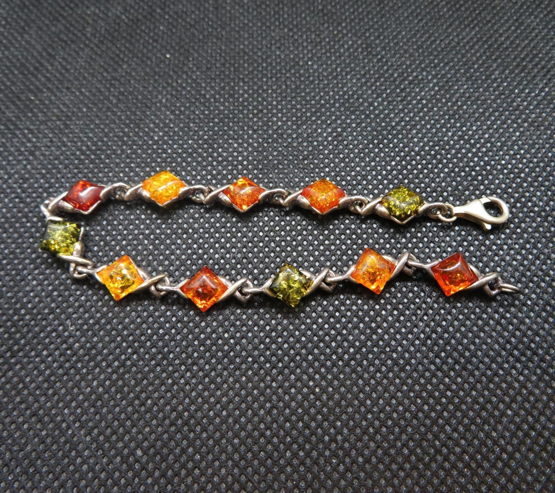Lot 7 - Vintage silver bracelet set with baltic amber 9g