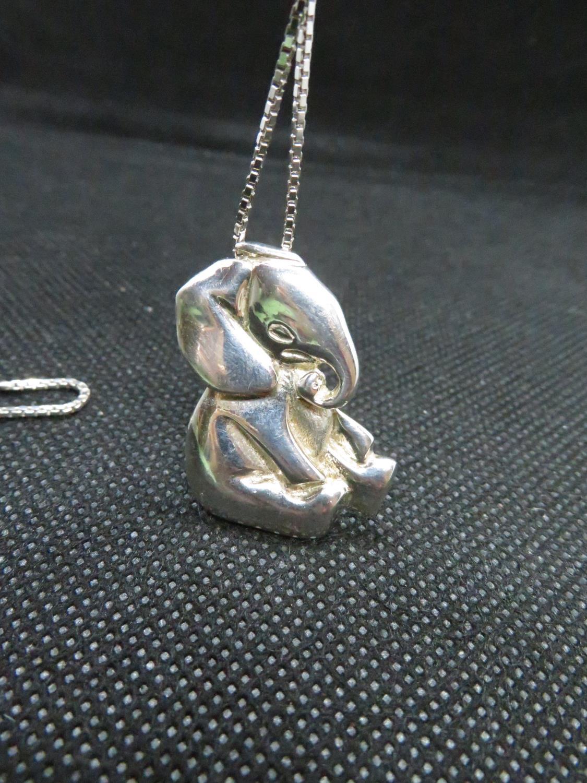 "Lot 41 - Vintage silver elephant on 19"" silver Venetian box link chain Birmingham 1969 13,5grams"