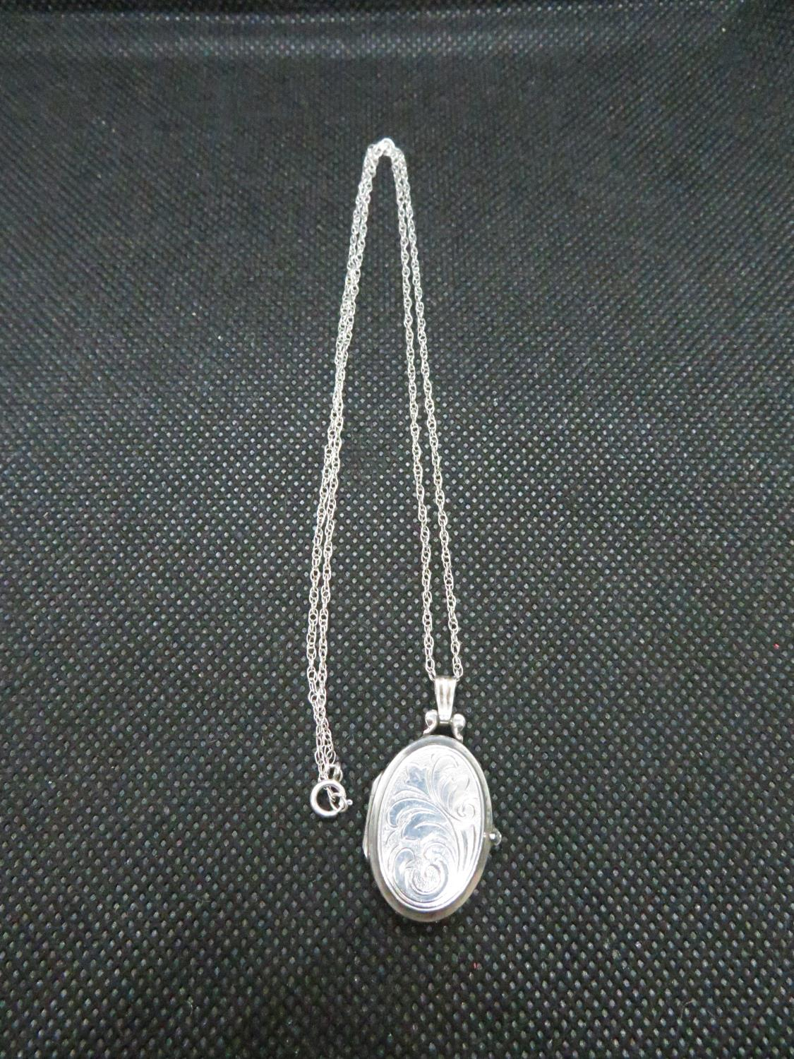"""Lot 31 - Vintage silver locket on 18"""" silver Prince of Wales link chain 7grams"""