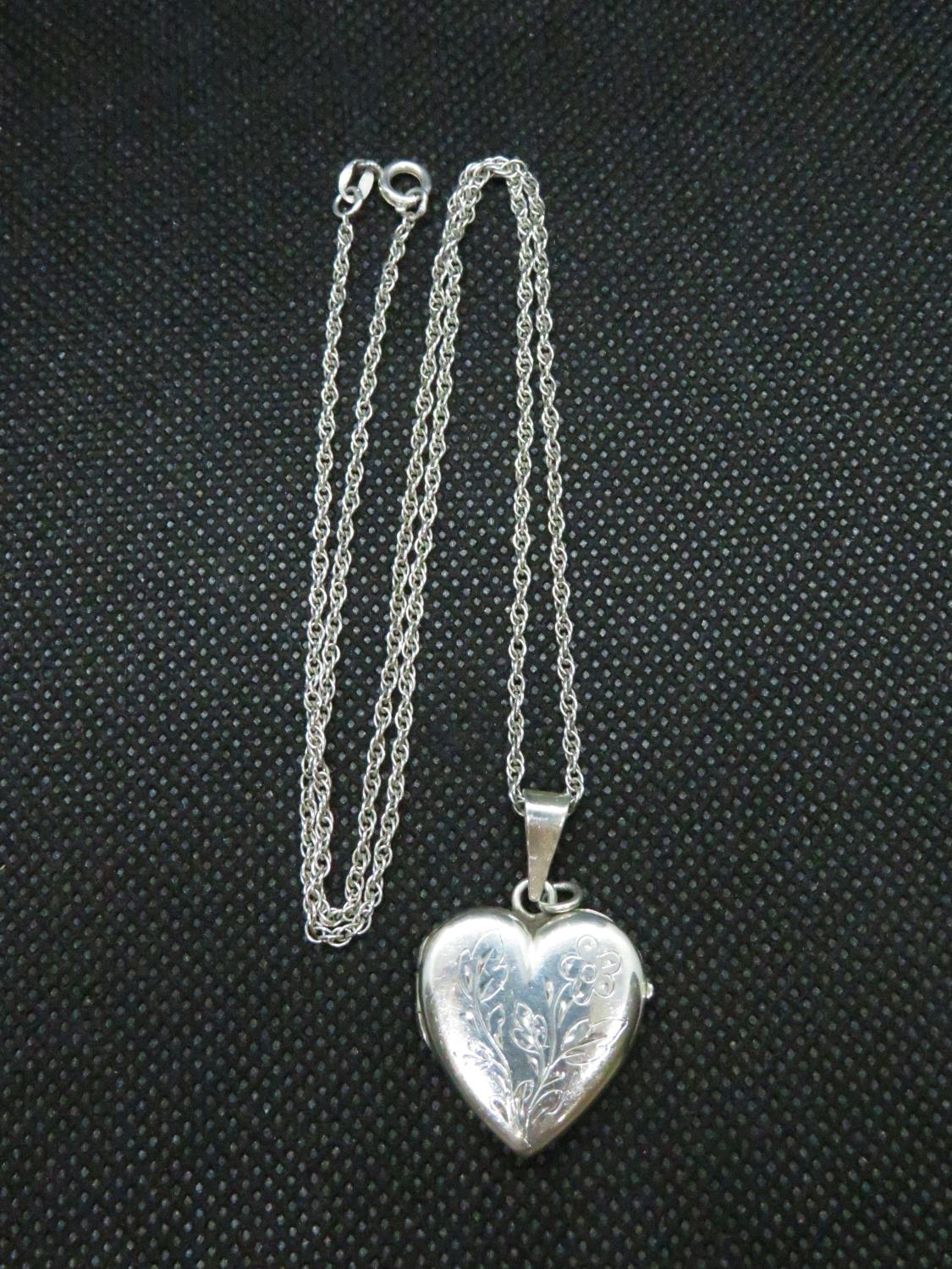 """Lot 46 - Vintage silver heart shaped locket on 20"""" silver Prince of Wales link chain 9grams"""