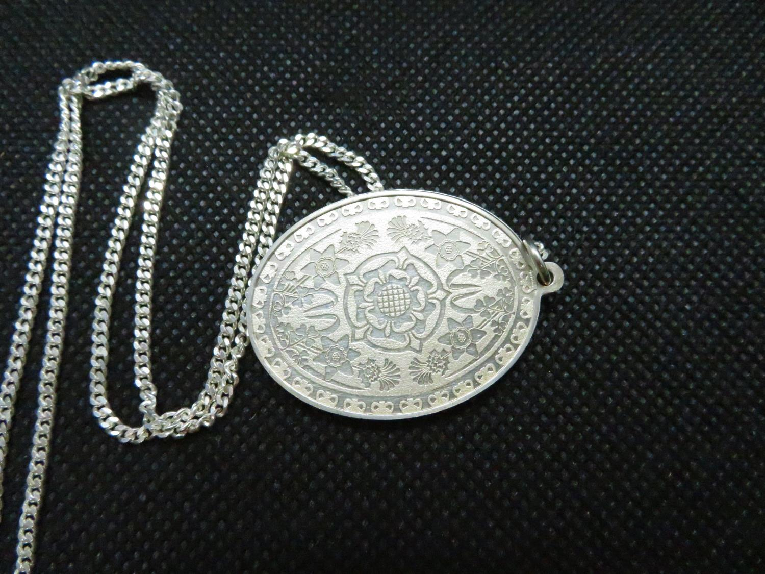 """Lot 36 - Solid silver pendant celebrating QEII silver jubillee HM 1977 on 18"""" silver curb link chain 18."""
