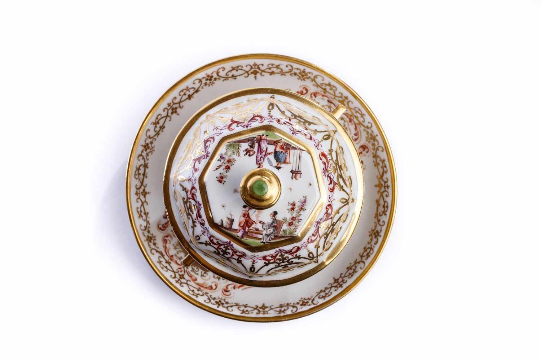 Lot 52 - Kleines Deckelgefäß, Meissen 1725/30Deckelgefäß mit Unterschale, Meissen 1725/30, Deckelgefäß mit