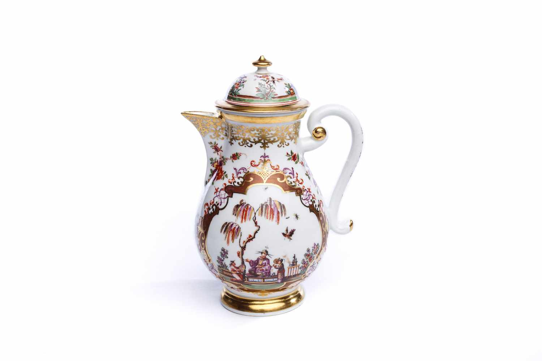 Lot 68 - Kaffeekanne, Meissen 1725/30Kaffeekanne, Meissen 1725/30, birnförmig, auf rundem, eingeschnürtem