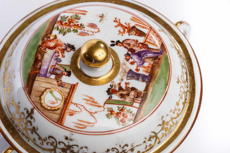 Lot 50 - Kleine Suppenschale, Meissen 1725Kleine Suppenschale mit Deckel, Meissen 1725, runde Form mit zwei