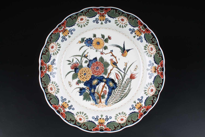 Lot 46 - Riesige Prunkschale De Porceleyne Fles Delft, niederländische Keramik, handgemalt, Dekor