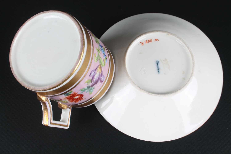 Lot 17 - KPM Berlin Porzellan Tasse um 1800, Zeptermarke um 1800, zylindrische Form, abstehender eckiger