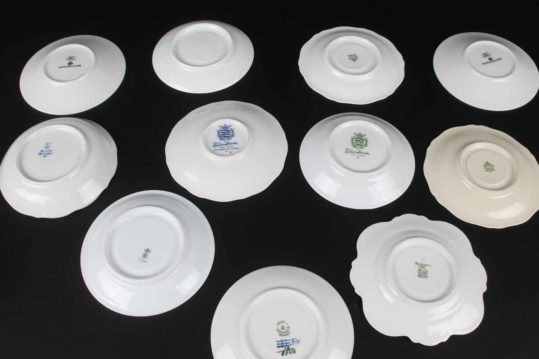 Lot 45 - 11 Sammeltassen mit Untertasse, Mokka, 9-teiliges Porzellan, 11 Mokkatassen mit Untertassen, u.a.