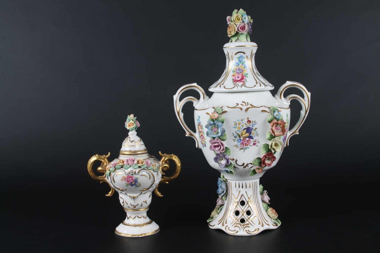 Lot 47 - 2 Dresdner Porzellandeckelvase,Henkelvase mit plastischen Blumen, floraler Malerei und reicher