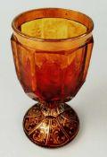 Fußbecher um 1880bernsteinfarbenes Glas, goldfarben bemalte Ranken, mit gravierten Rotwildmotiven,