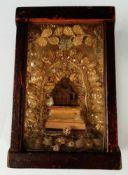 Pieta, alte KlosterarbeitHolz, geschnitzt, in kleiner Holzvitrine, 3-seitig verglast, 17,5x12x6,5
