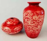 1 Vase und 1 runde VasePorzellan, Keramik, Marke Keramos, WKK, bourdeauxrot mit Spitzendeckerldruck,