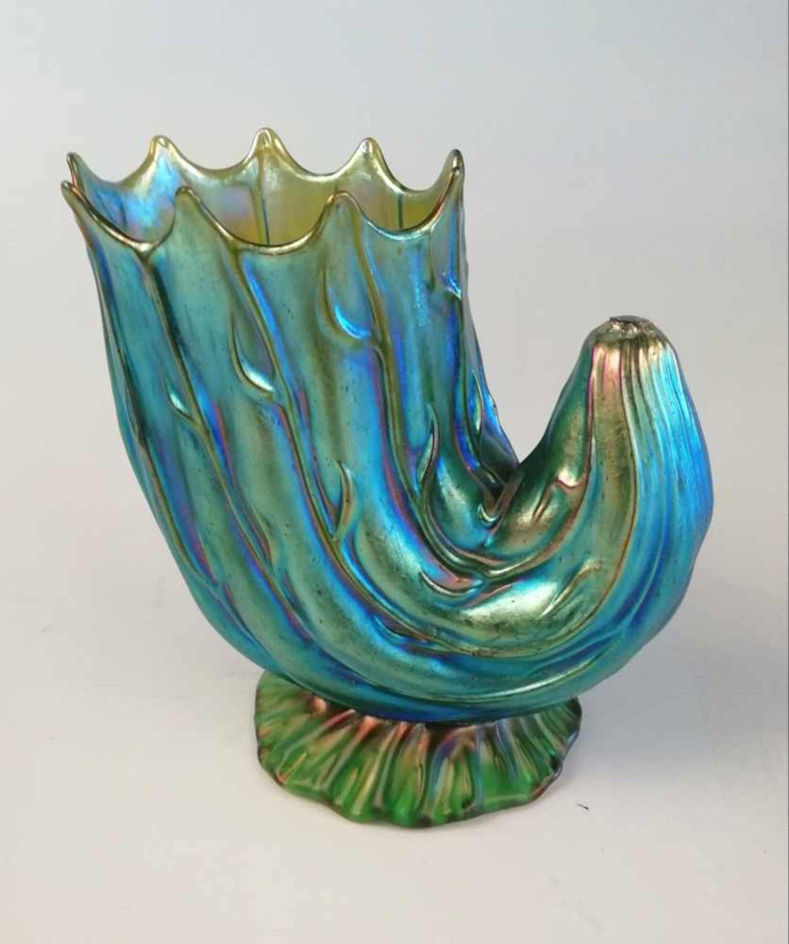 Los 45 - Jugendstilvase BöhmenMuschelform, stilisiert, grünes handverarbeitetes Glas. reliefiert,