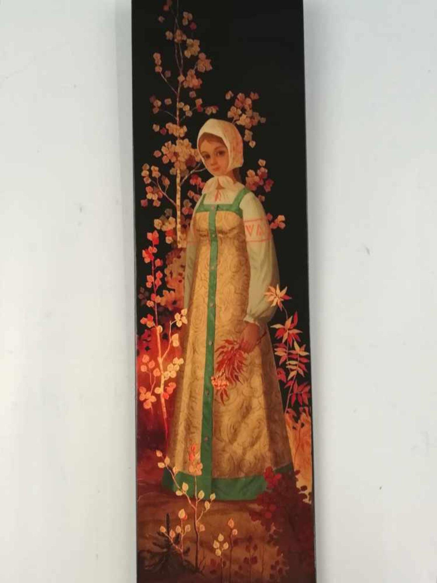 Los 22 - Russische LackarbeitMädchen in Goldkleid, im Herbst, 41x11,5 cm;