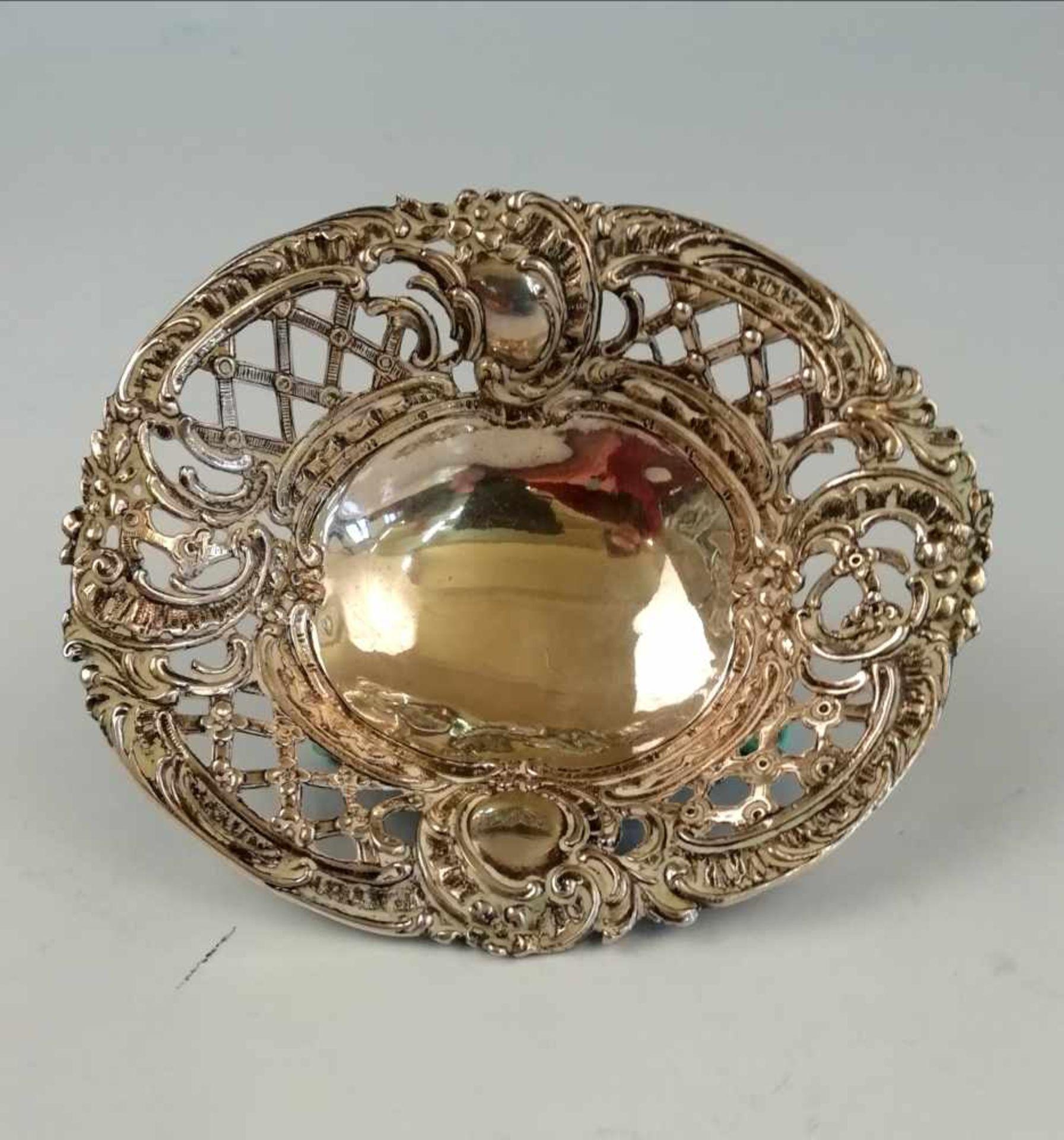 Los 39 - Ovale kleine SchüsselSilber 800, Arbeit um 1900, plastisch gearbeitet mit 2 Medaillons, durchbrochen