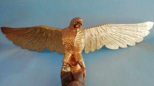Tierfigur AdlerAufsatz für Kasten, Holz, geschnitzt, vergoldet, kleine Farbfehlstellen, Breite 110