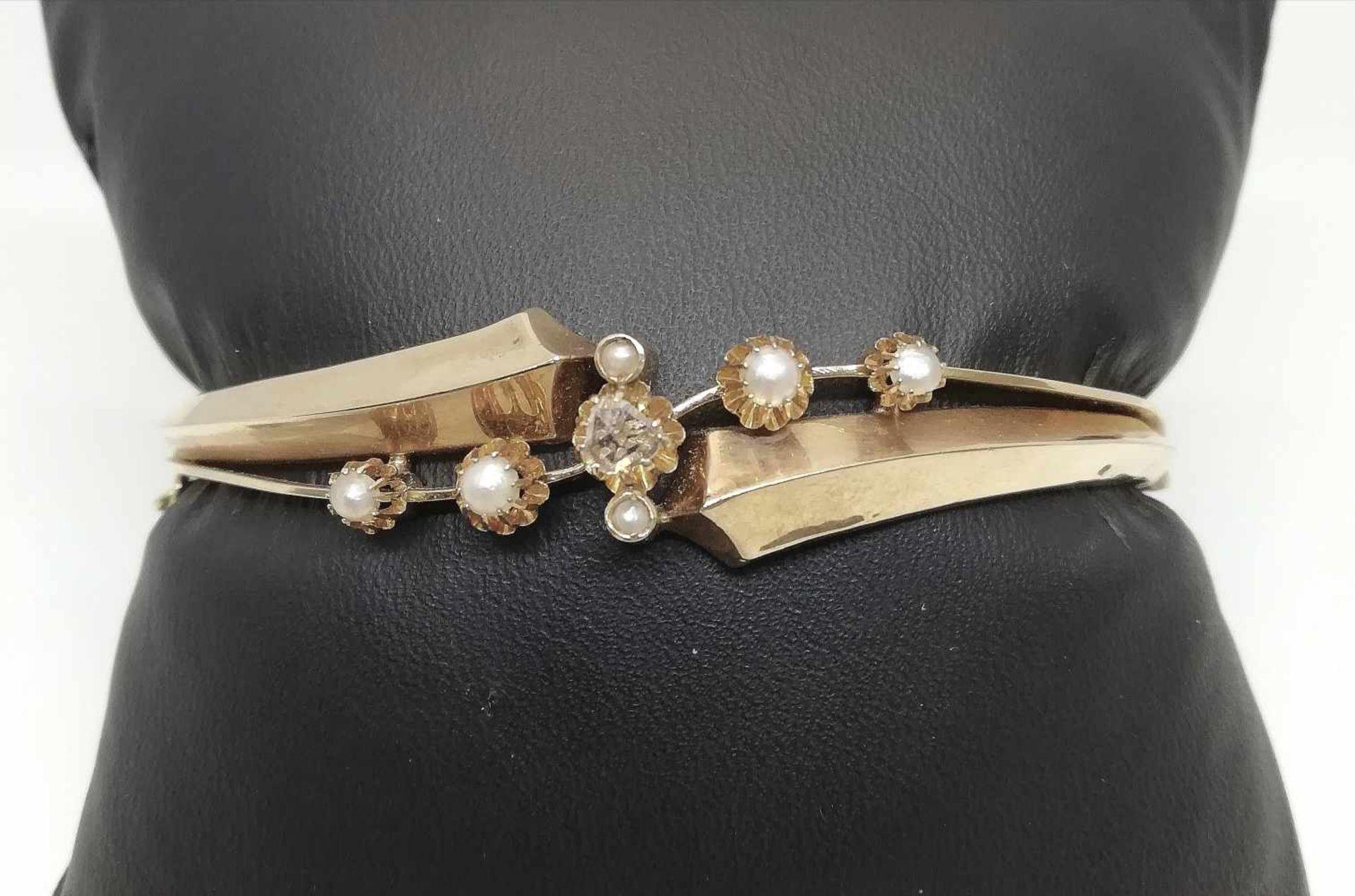 ArmreifenGold 585, Diamantraute, Halbperlen, Arbeit um 1900, leichte Druckstellen, 11,7g;