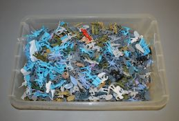 A large assortment of mainly unpainted plastic soldier figures (1).