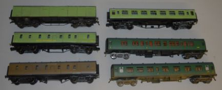 O Gauge. 4 unboxed Coaches in Southern livery by 'M.T.H. Electric Trains' together with a Box Car