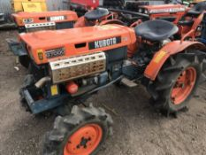 KUBOTA B7000 COMPACT TRACTOR SN: 31834 WITH REAR LINKAGE. WHEN TESTED WAS SEEN TO DRIVE, STEER AND