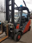 LINDE H25D 2.5TONNE RATED DIESEL FORKLIFT WITH PARTIAL CAB. YEAR 2004 FITTED WITH FORK POSITIONER AS
