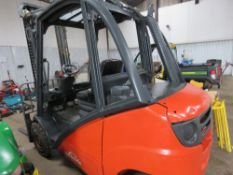LINDE DIESEL FORKLIFT. WHEN TESTED WAS SEEN TO RUN, DRIVE, LIFT AND BRAKE. C/W SIDE SHIFT. NO VAT ON