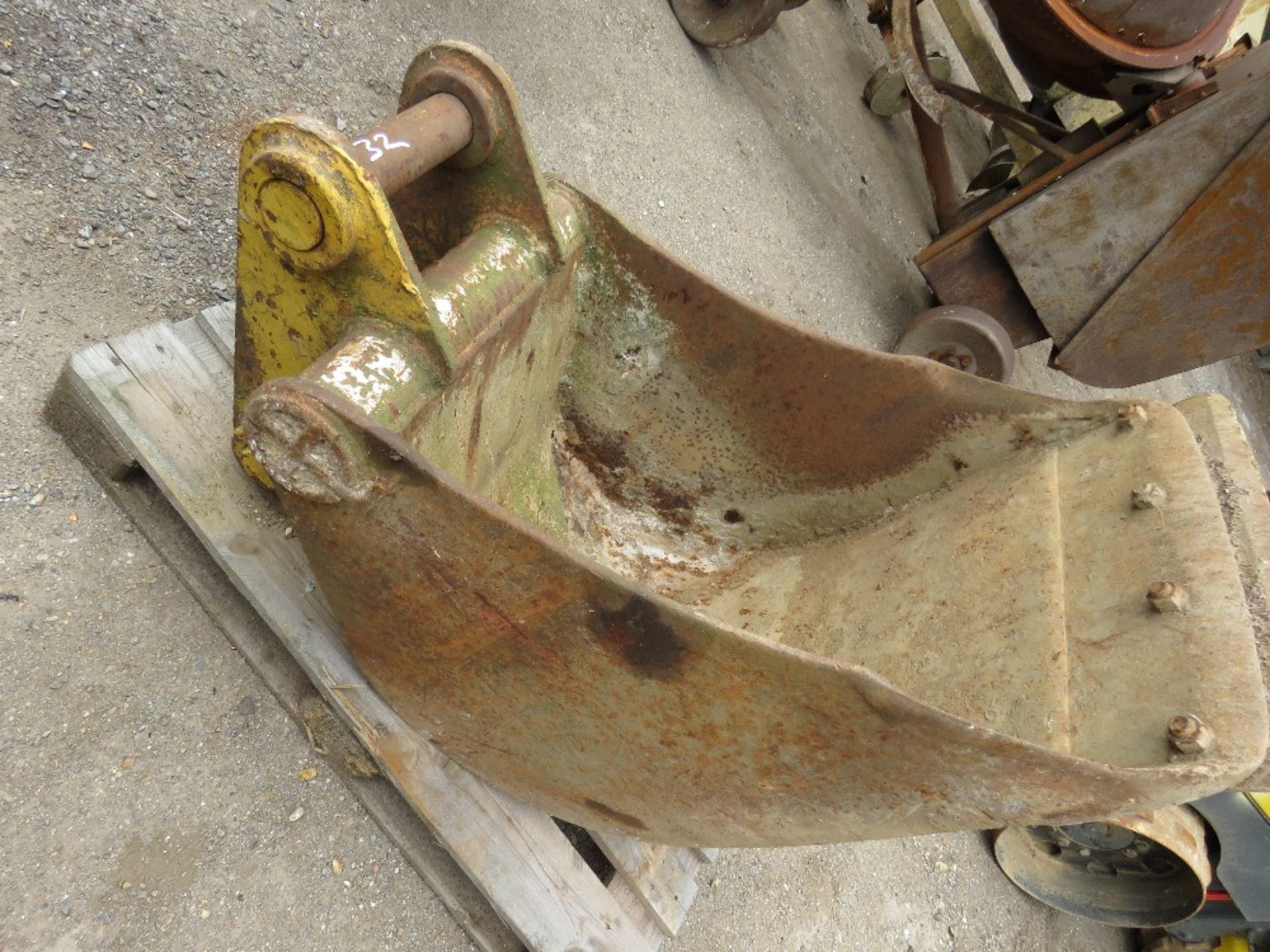 Lot 32 - 2ft Bucket on 65mm pins